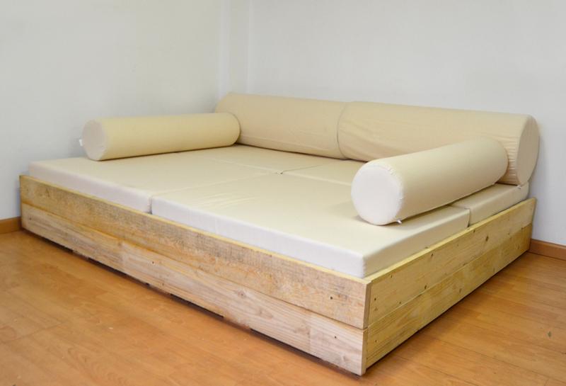 Coj n rulo para sof s y camas hechos con palets for Muebles de palets precio